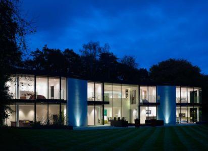 façade terrasse de nuit - Cherry Orchard par Western Design Architects - Branksome, Royaume Uni