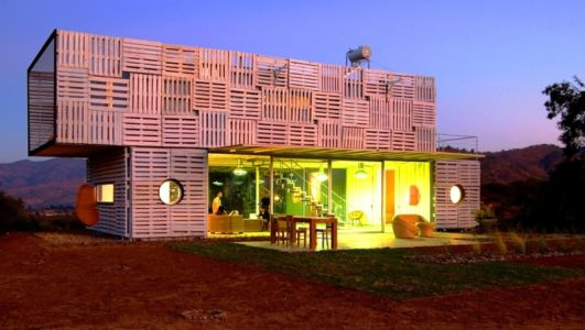 façade terrasse de nuit - Infiniski Manifesto House par james&mau arquitectura - Curacaví, Chili - photo Antonio Corcuera