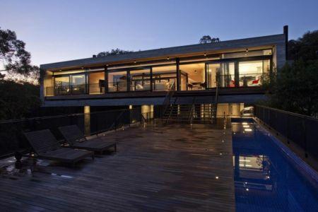 façade terrasse de nuit - LM Residence par Marcos Bertoldi Arquitetos - Campo Comprido, Brésil