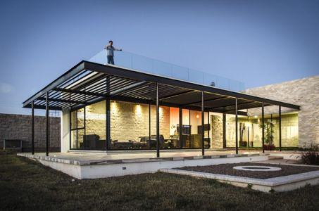 façade terrasse de nuit - La Tomatina House par Plastik Arquitectos - Aguascalientes, Mexique