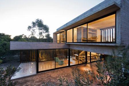 façade terrasse de nuit - MR House par Luciano Kruk Arquitectos - La Esmeralda, Argentine