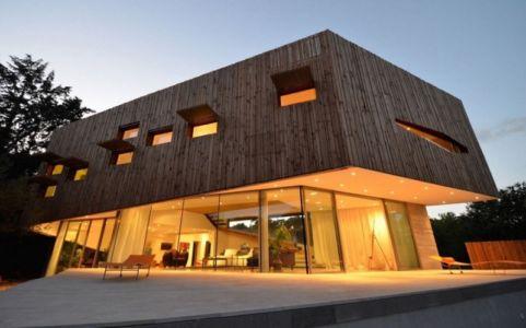 façade terrasse de nuit - Maison Spirale par Portal Thomas Teissier Architecture - Catelnau Le Lez, France