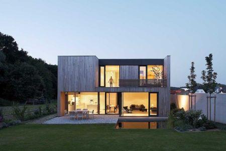 façade terrasse de nuit - Maisons bois contemporaines par Zamel Krug Architekten - Hagen, Allemagne