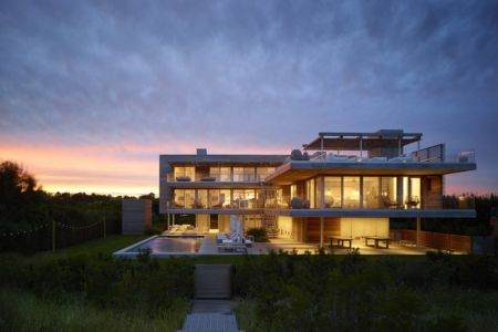 façade terrasse de nuit - Ocean Deck House par Stelle Lomont Rouhani Architects - Bridgehampton, USA