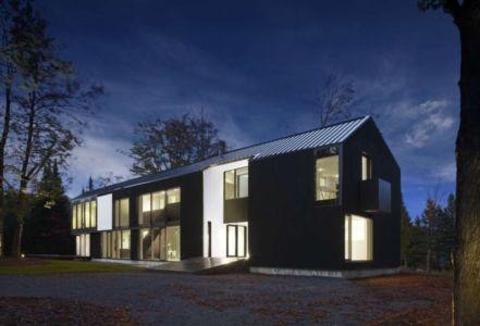 façade terrasse de nuit - Private Residence St-Sauveur par Saucier + Perrotte architectes - Saint-Sauveur, Canada
