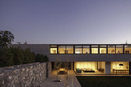 façade terrasse de nuit - SH House par 01arq - La Dehesa, Chili