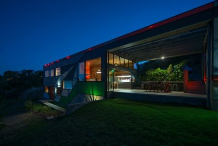 façade terrasse de nuit - Southern outlet house par Philip M-Dingemanse - Launceston, Australie - photo Jonathan Wherrett