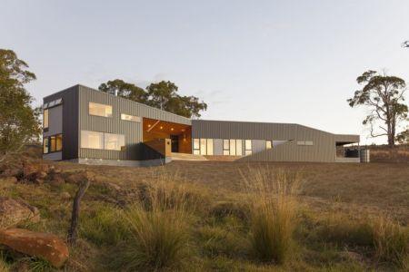 façade terrasse de nuit - Valley House par Philip M Dingemanse - Launceston, Australie