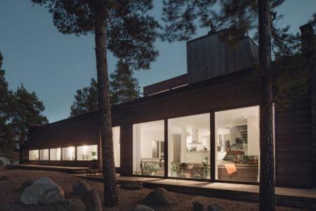 façade terrasse de nuit - maison bois contemporaine par Gabriel Minguez - Ingarö, Suède