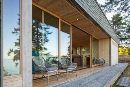 façade terrasse & entrée vitrée coulissante - Woodsy-Retreat par Heliotrope Architects - Washington, USA