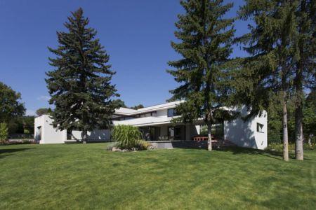 façade terrasse et jardin - Reviving Mies par Architéma - Buda Hills, Hongrie