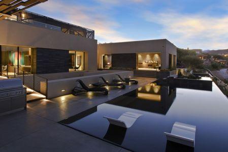 façade terrasse et piscine de nuit - Tresarca House par assemblageSTUDIO - Las Vegas, Nevada, Usa