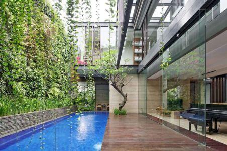 façade terrasse & grande baie vitrée entrée - Ben House-GP par Wahana Architects - Jakarta, Indonésie