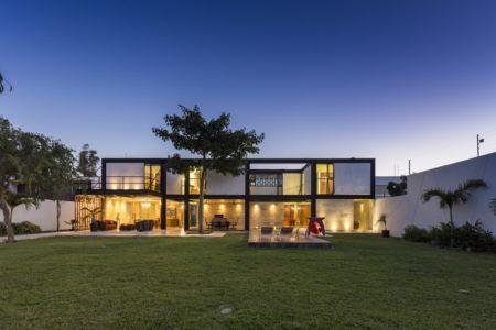façade terrasse nuit - Montebello 321 par Jorge Bolio Arquitectura - Merida, Mexique