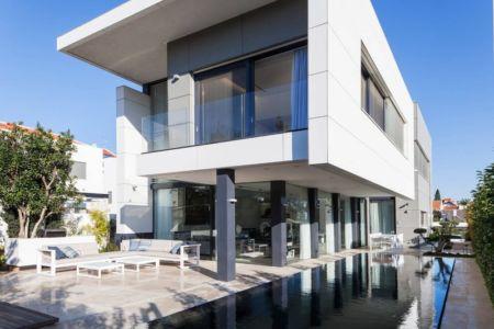 façade terrasse piscine - Maison contemporaine béton par Ron Aviv - Tel Aviv, Israël