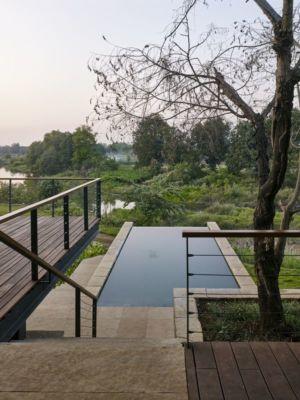 façade terrasse & piscine - Riparian-House - Architecture Brio - Karjat, Inde