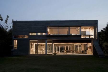 façade terrasse vue de nuit - Torcuato House par BAK arquitectos - Buenos Aires Province, Argentine