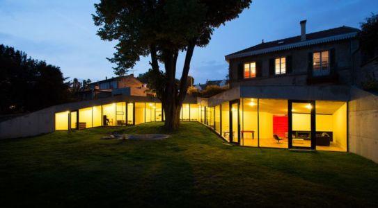 façade vue nuit - Maison PLJ par Hertweck Devernois Architectes Urbanistes - France - photo Siméon Levaillant