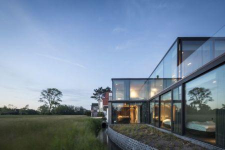 façade jardin & grande baie vitrée entrée - Graafjansdijk-House par Govaert & Vanhoutte Architects - Belgique
