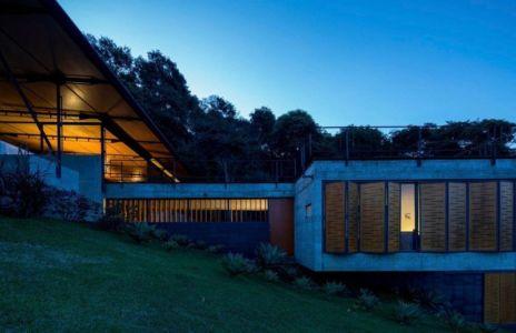 fenêtres avec volets bois - Casa-Santo-Antonio par H+F Arquitetos - Santo Antônio, Brésil