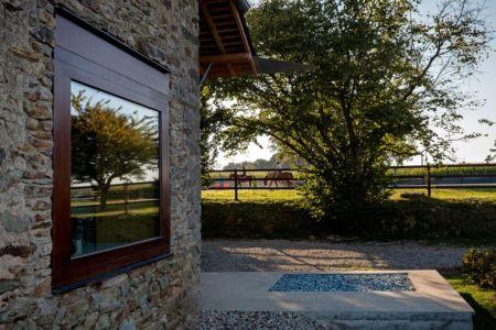 fenêtre vitrée et enclos pour chevaux - ladaa par JKA Jérémie Koempgen Architecture - Craon, France