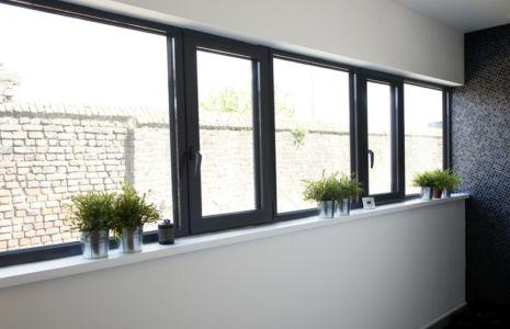 fenêtres oscillo-battantes au vitrage chauffant - Maison ossature bois par Qbis architecture à Tourmignies (FR-59)