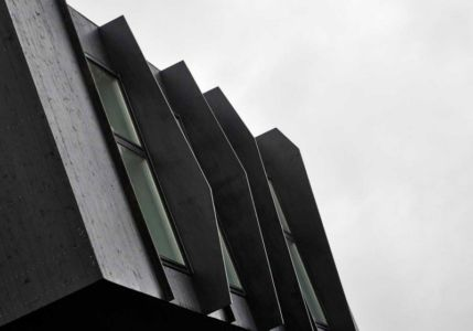 fenêtres porte à faux - ZEB Pilot House par Snøhetta - Larvik, Norvège