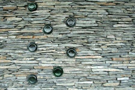 fondation en pierres - Hajdo-House par Blipsz Architecture - Odorheiu Secuiesc, Roumanie