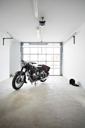 garage avec la moto vintage - Hunter Street Home par ODR Architects - Australie