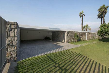 garage & vaste jardin - villa contemporaine par Adrián Noboa Arquitecto, Malecon Las Colinas, Pérou
