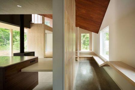 Gauche. Cuisine & Cheminée Droite. Couloir - Shed-Roof-House Par Hiroki Tominaga - Yamanashi, Japon
