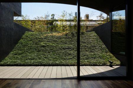 grande baie vitré coulissante & vue façade jardin - maison-urbaine par Artechnic - Japon