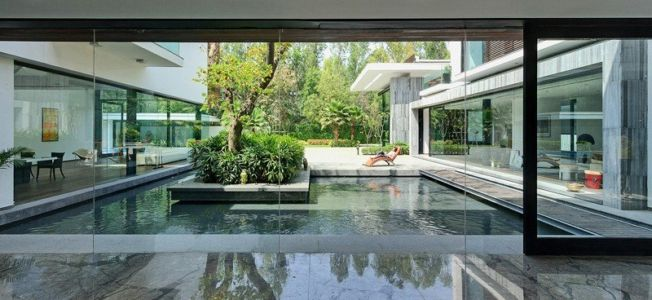 grande baie vitrée coulissante - Three Trees House par DADA & Partners - New Delhi, Inde