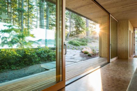 grande baie vitrée coulissante - Woodsy-Retreat par Heliotrope Architects - Washington, USA