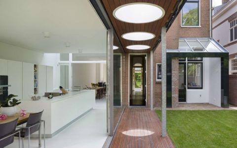 grande baie vitrée coulissante et entrée séjour - Villa-Juliana par Borren Staalenhoef Architects - Leeuwarden, Pays-Bas