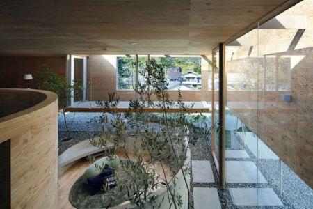 grande baie vitrée encastrée - pit-house par UID Architects - Okayama, Japon