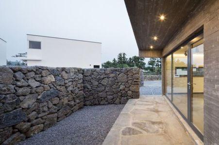 grande baie vitrée entrée - Wind-House par Moonbalsso - Jesu Island, Corée du Sud