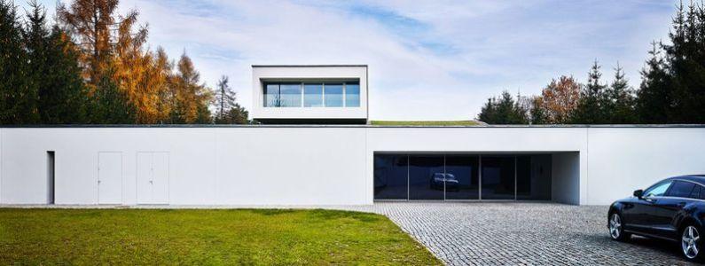 grande baie vitrée entrée garage - Autofamily House - Robert Konieczny-KWK Promes - Pologne