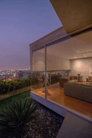grande baie vitrée salon - House-Hillside par Benavides & Watmough arquitectos - Santiago, Pérou