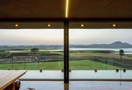 grande baie vitrée & vue panoramique paysage - Panorama House par Ajay Sonar - Maharashtra, Inde
