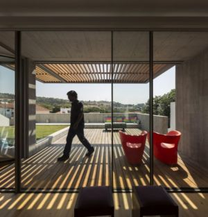 grande baie vitrée & vue salon terrasse design - house-caxias par António Costa Lima Arquitectos - Caxias, Portugal