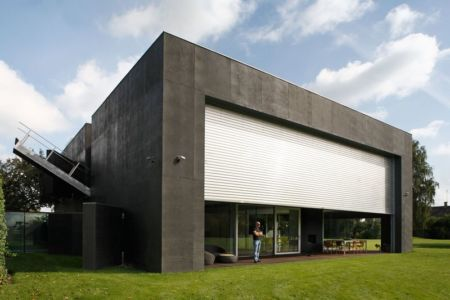 grande volet coulissant façade terrasse - safe-house par Robert Konieczny – KWK Promes - Varsovie, Pologne