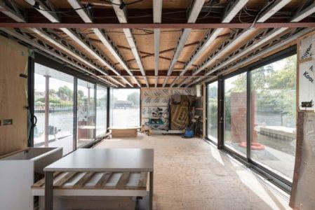 grande pièce avec baie vitrée - houseboat par MAA Architects - Tamise, Angleterre