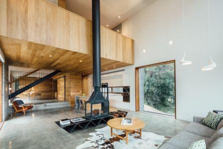 grande pièce de vie et cheminée centrale - Dawes Road House par Moloney Architects - Ballarat, Australie