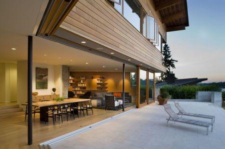 grande pièce de vie ouverte sur terrasse - Cedar Park House par Peter Cohan - Seattle, Usa