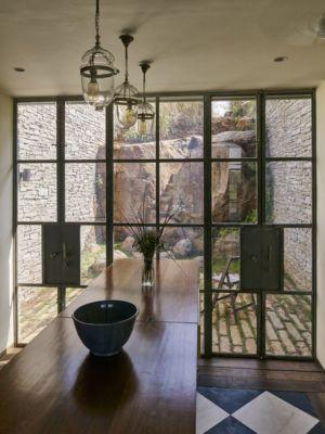 grande porte vitrée - Riparian-House - Architecture Brio - Karjat, Inde