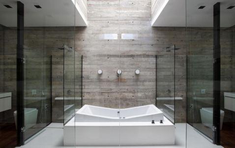 grande salle de bains - LM Residence par Marcos Bertoldi Arquitetos - Campo Comprido, Brésil