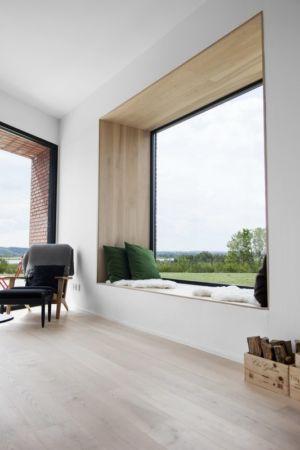 grands vitrages et parquet bois - Maison G en brique contemporaine par KRADS - Danemark
