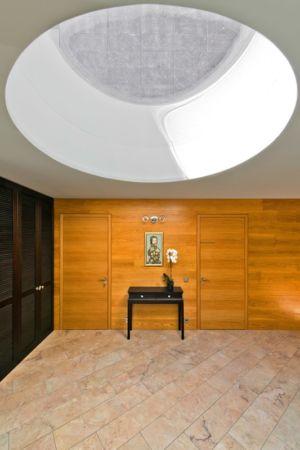 hall d'entrée avec puits de lumière - Modern Family House par 4PLIUS Architects - Vilnius, Lituanie