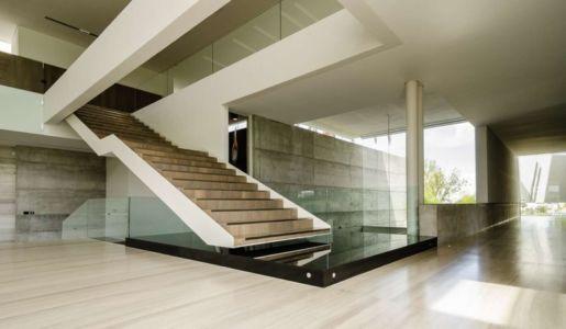 imposant escalier bois béton - JRB House par Reims Arquitectura - Mexique |